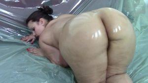 GERMAN PAWG SAMANTHA OILED UP